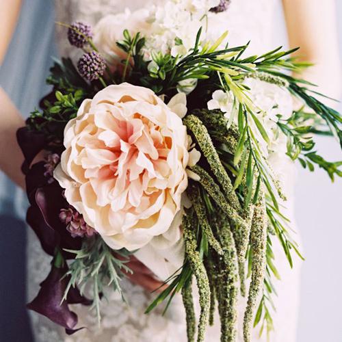 Những ưu điểm của hoa lụa đẹp dành cho cô dâu