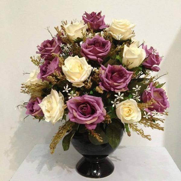 Hoa giả lụa để bàn với gam màu trắng hồng tinh tế